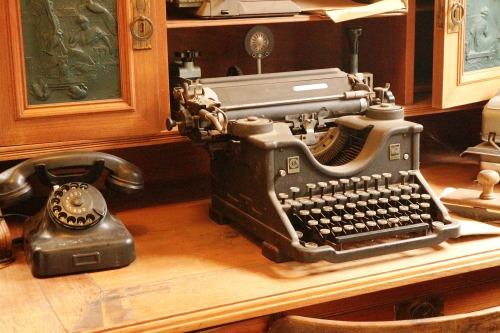 typewriter-3896626_1920